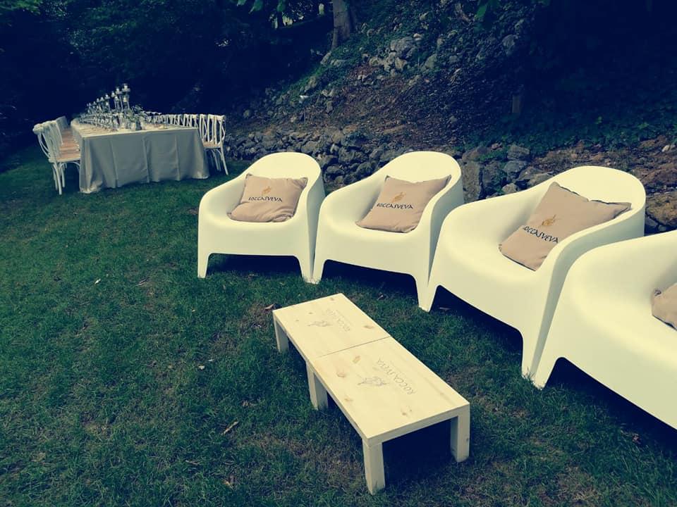 salottino-in-giardino-matrimonio.jpg